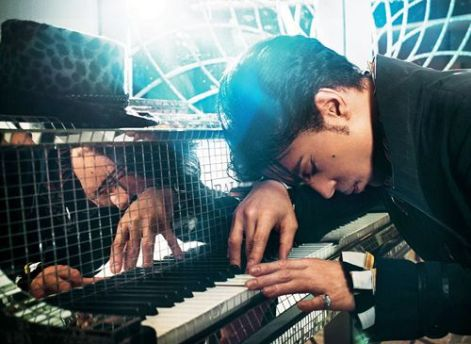 prince and his mirrored tile piano